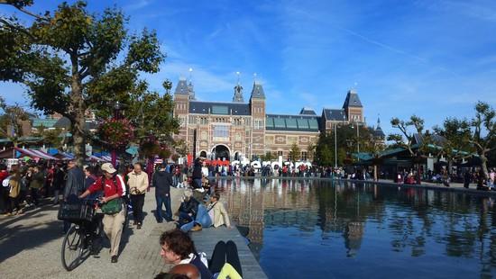 marche-amsterdam-en-face-du-Rijksmuseum