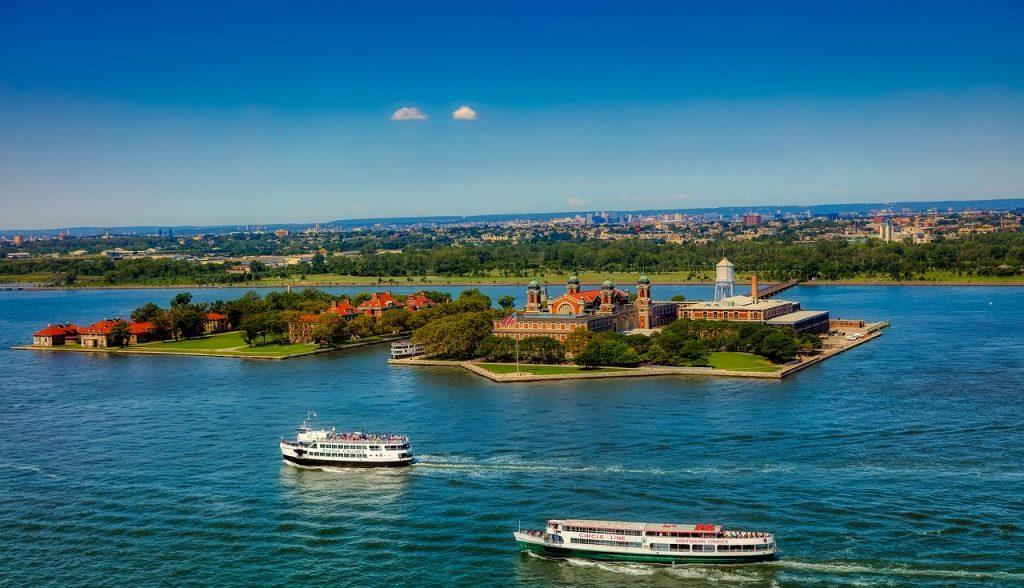 ferry-visiter-statue-liberte-et-ellis-island-new-york