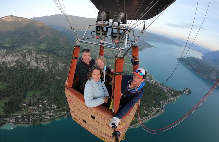 vol-en-montgolfiere-au-dessus-lac-annecy