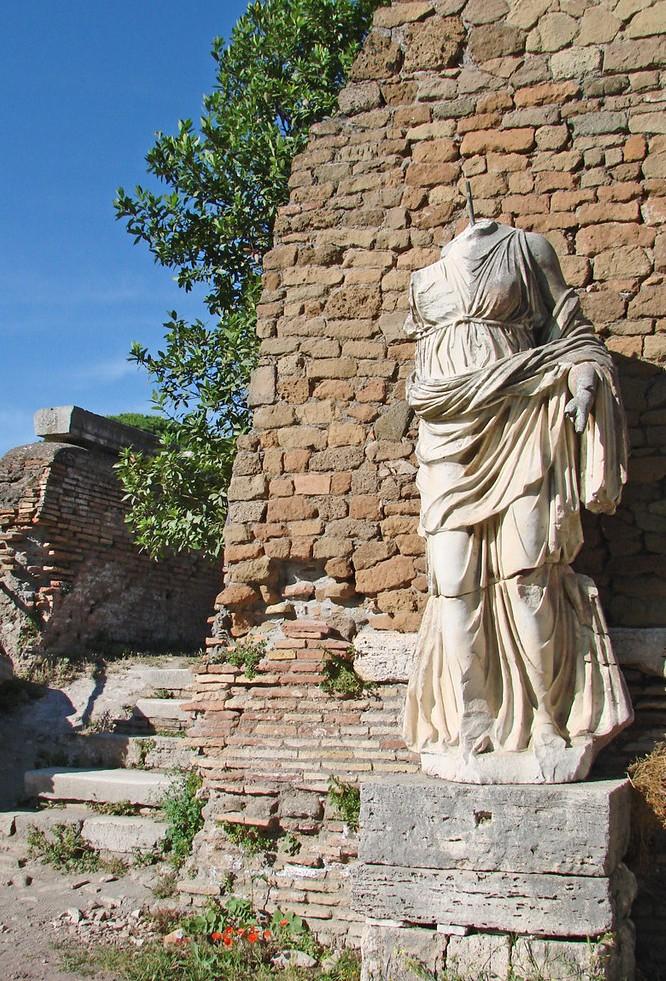 temple-rome-auguste-ostia-antica-rome