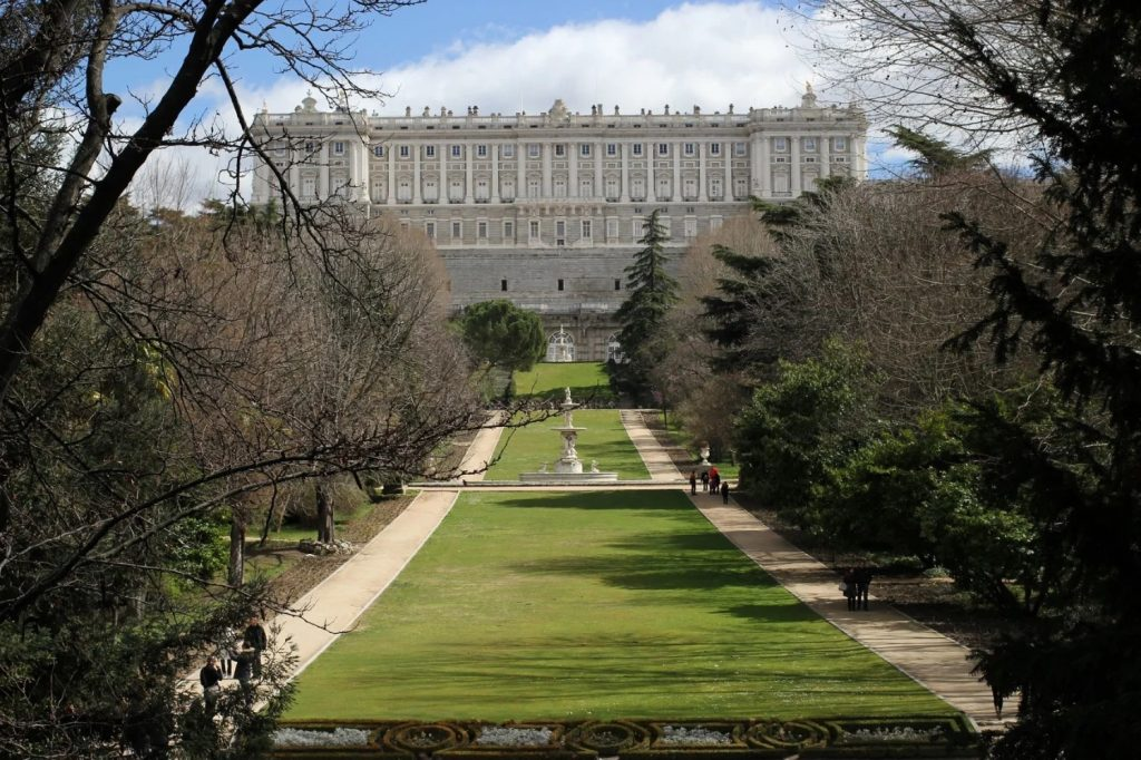 Vue sur le Palais Royal de Madrid