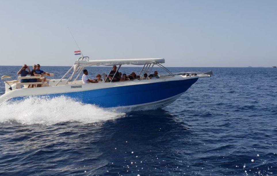 bateau-grotte-bleue-depuis-split-petit-bateau