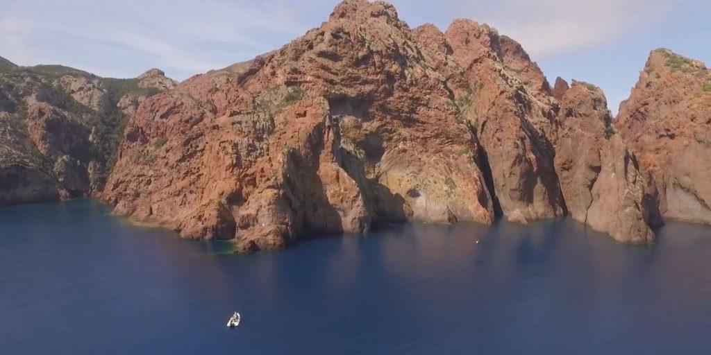 excursion-bateau-depuis-calvi-paysage-rocheux