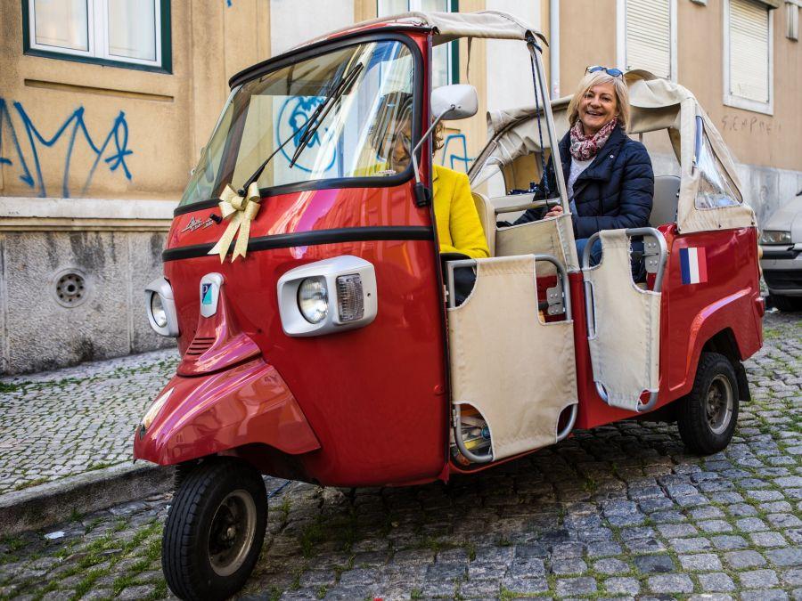 tuktuk-lisbonne-incontournables-chauffeur-francaise