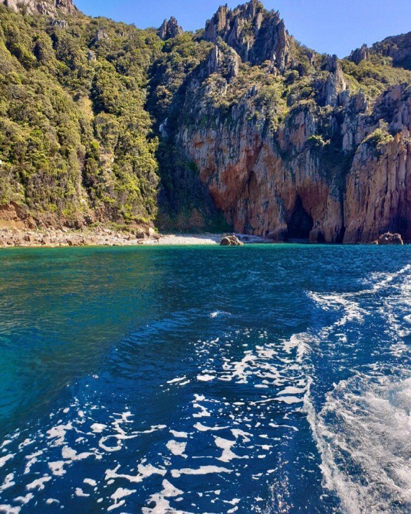 girolata-et-scandola-en-bateau-depuis-porto-ota